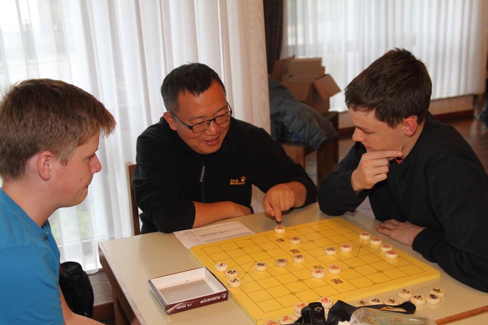 Bezirksjugendeinzelmeisterschaft 2015-2016 Betreuer spielen Chinesisches Schach